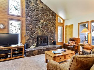 Spacious Home near Sunriver Village Mall w/ WiFi, Hot Tub, BBQ & Complex Pool
