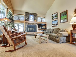 Great Condo near Village at Sunriver w/ WiFi, hot Tub, BBQ & Free Sharc Passes
