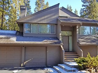 Large Home w/ WiFi, Hot Tub, Fireplace, BBQ & Air Hockey Table