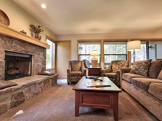 Warm Home near Sunriver Village Mall w/ WiFi, Hot Tub, BBQ & Complex Pool
