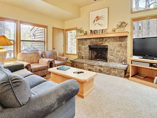 Great Home near Sunriver Village Mall w/ WiFi, Hot Tub, BBQ & Complex Pool