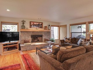 Beautiful Home near Sunriver Village Mall w/ WiFi, Hot Tub, BBQ & Complex Pool