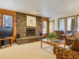 Comfy Home near Sunriver Village Mall w/ WiFi, Hot Tub & Free Sharc Passes