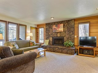 Beautiful Home near Sunriver Village Mall w/ WiFi, Hot Tub & Free Sharc Passes