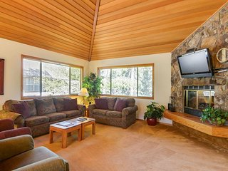 Relaxing Home near Fort Rock Park w/ WiFi, Hot Tub & Free Sharc Passes