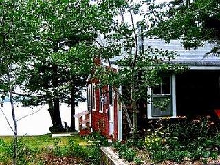 Cozy 2 Bedroom Cottage on tidal Allen Cove shoreline!