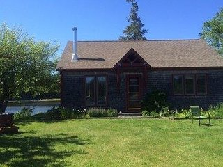 Amazing cottage at water's edge, 2 bedroom, loft & private beach