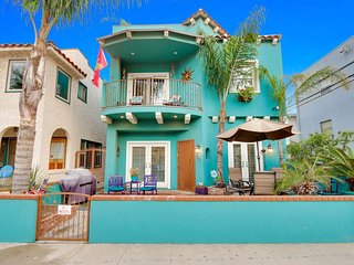 Spacious,Close to Beach, Restaurants, Shopping, Rooftop Deck, Jacuzzi and more!