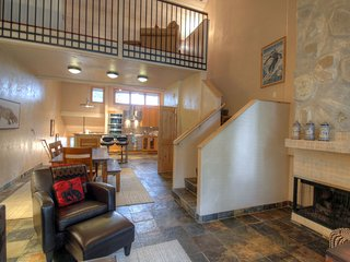 Gorgeous Newly Renovated, Steps to Ski In/Out Access, Hot Tub