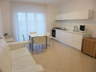Salvo Marina Apartment Sleeps 6 with Pool Air Con and Free WiFi