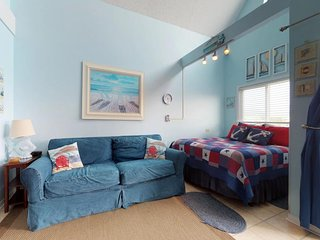 NEW LISTING! Cozy studio w/Gulf view, shared hot tub & indoor pool -near beach