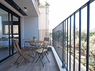Bright, Modern, Central 2 Bdr/2 Bath, 2 Balconies next to Beach
