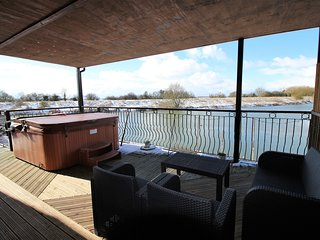 Waterside Escape with private hot tub Lincolnshire
