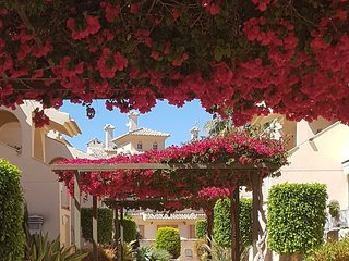 PAUL'S PLACE - Albatros - 3 bedroom TownHouse poolside with air con/heat & wifi