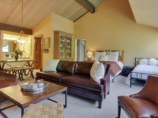 NEW LISTING! Cozy studio condo w/ shared pool & hot tub - close to skiing & golf