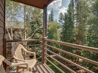 Cozy condo with shared hot tub and sauna, ski-in/ski-out, walk everywhere!