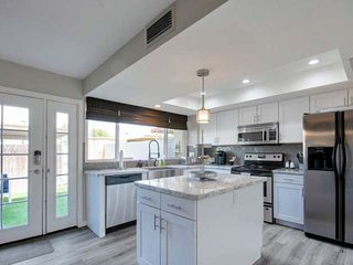 FREE GOLF & MORE! Beautifully Remodeled 2 story, near Old Town Scottsdale, Pool,