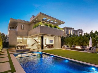 Stunning, bright and warm contemporary home that distinguishes itself amongst cu