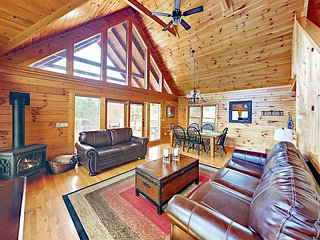 Above It All: 3BR Cabin w/ 3 Fireplaces, Billiards, Mountain Views & Hot Tub