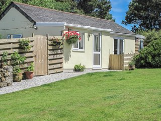 GARDEN COTTAGE, Ground floor, pet friendly, Wi-Fi in St Just, Ref. 965784