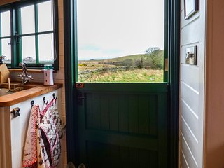 PEAT GATE SHEPHERD'S HUT, quirky holiday base with woodburner, WiFi, king-size b
