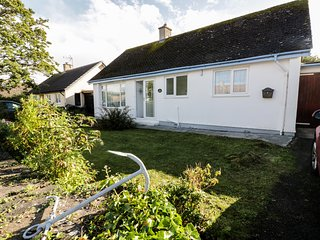 SALTY PUFFIN, pet-friendly, pleasant gardens, near Benllech