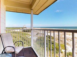 NEW LISTING! Cozy condo near the beach w/shared pool & hot tub