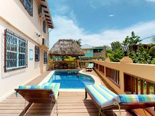 Oceanfront, oceanview, pool access in beautiful Placencia!