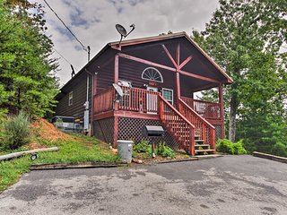 Sevierville Cabin w/ Hot Tub - Near Pigeon Forge!