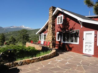 NEW LISTING! Charming family vacation home close to Rocky Mountain National Park