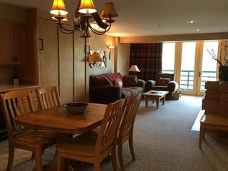 NEW LISTING! Cozy condo w/mountain views, shared hot tub & access to skiing