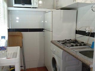 Cocina con lavadora y nevera , cocina de gas