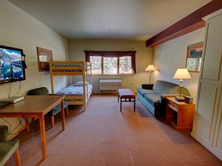 Free shuttle to slopes, indoor pool/hot tub, walk to River Run at Gateway 5029 B