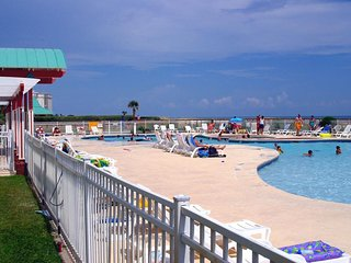 NEW LISTING! Beachside condo w/shared pool & hot tub - historic attractions
