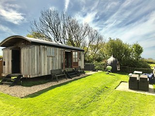 The Shepherd's Hut, West Park inc wood fired hot tub, heating & family sleeping