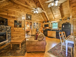 NEW! Cabin w/ Hot Tub - 4 Miles to Pigeon Forge!