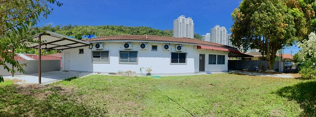 Dandelion House - 6000sqft House with Large Garden, Excellent Location!