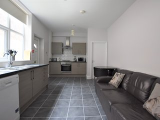 Modern 3 bedroom City Centre flat. Free parking.