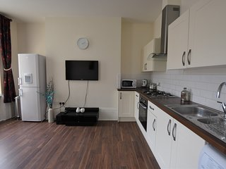 Modern 2 Bedroom City Centre Apartment. Free Parking