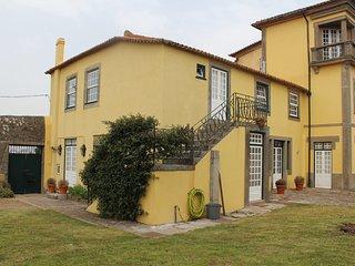 Casa das Janelas Verdes - casa bifamiliar: jardim, piscina, 500m praia