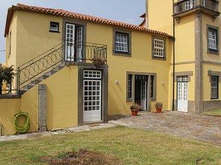 Charming family house-Casa das Janelas Verdes: 2family+jardim+piscina+500m praia