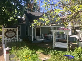 Oak Sherwin House- 1.5 Blocks from OSF (Sleeps 11)