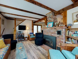 NEW LISTING! Charming cottage w/outdoor shower, fireplace & ocean views