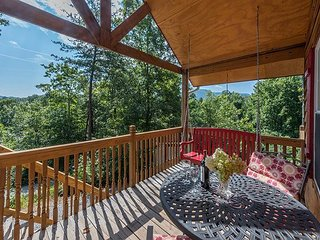 Bear Tracks |Cozy cabin | Pet friendly, hot tub, fire pit, and great decks!