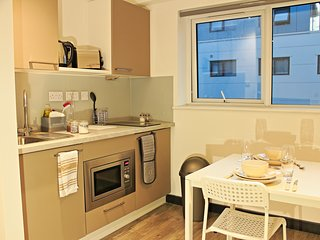 Modern central Luton studio with onsite cinema (Apartment 440)
