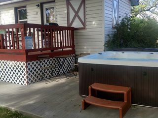 Hot Tub, Studio Cabin w/ Kitchenette, Deck, and BBQ