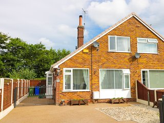 DRIFTWOOD, enclosed garden, homely cottage, near Withernsea