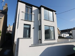 AWEL Y MOR, en-suite bedrooms, balcony, in Rhosneigr