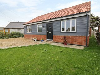 HILLCREST, pet friendly, Eccles-on-Sea