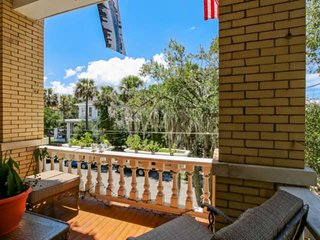Large Loft w/ 2 Balconies, new furnishings, Perfect for a Getaway! Walk to Dinin